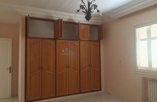 une villa triplex de standing dans un quartier résidentiel à Khezama